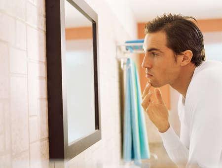 L'enfant devant un miroir touche la tendresse avec sa tendresse/pour l'adulte c'est très différent/ Qui-voyez-vous-dans-le-miroir